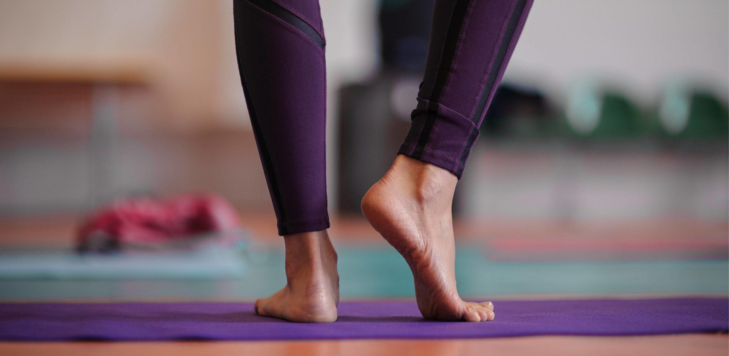 Pilates - zwei Füße. Der rechte Fuß leicht angehoben