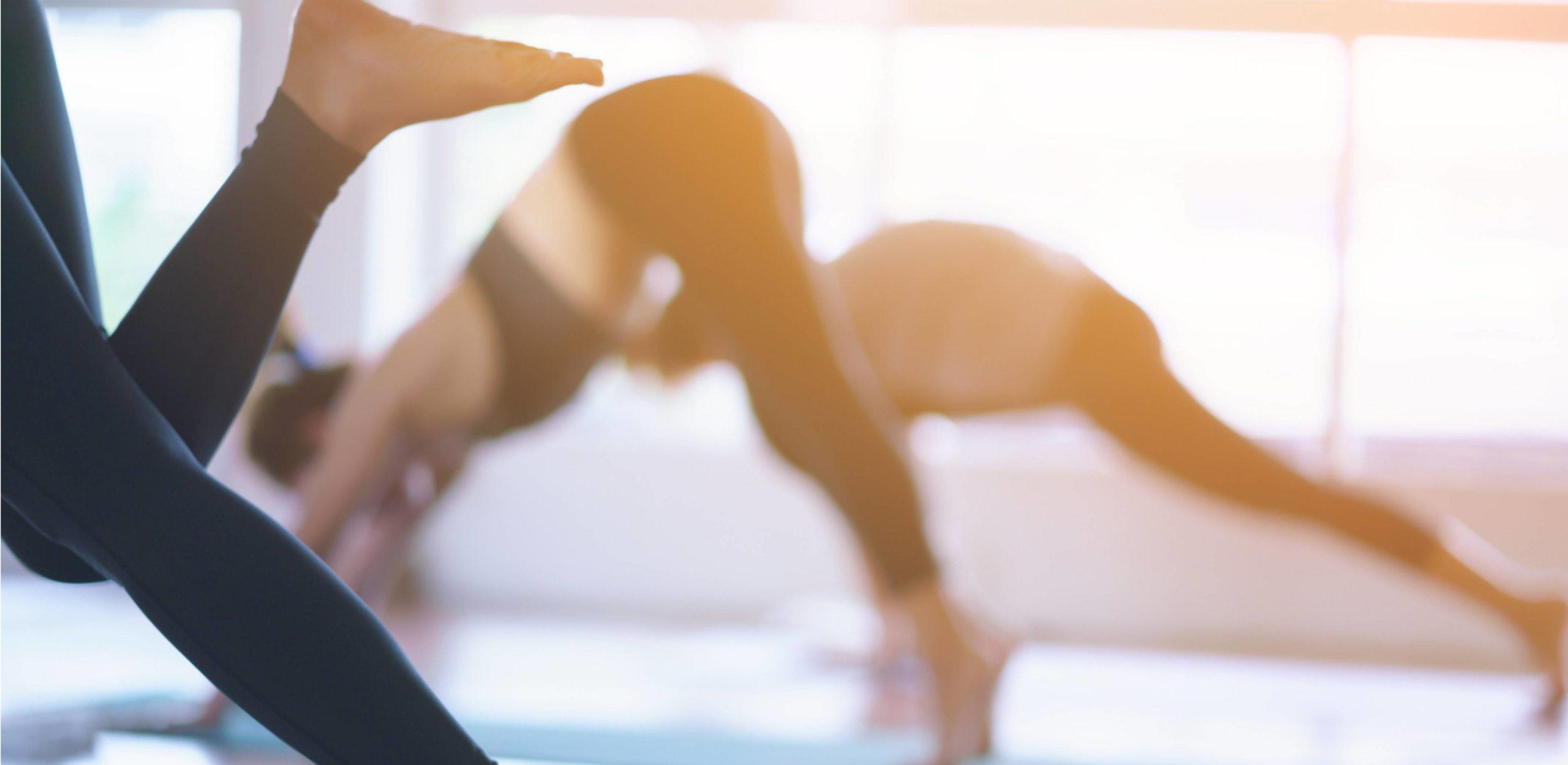 Yoga und Pilates darstellung durch drei Personen in bewegung